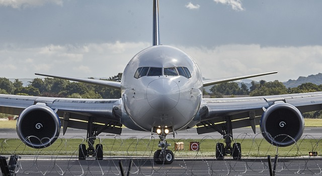šedé letadlo