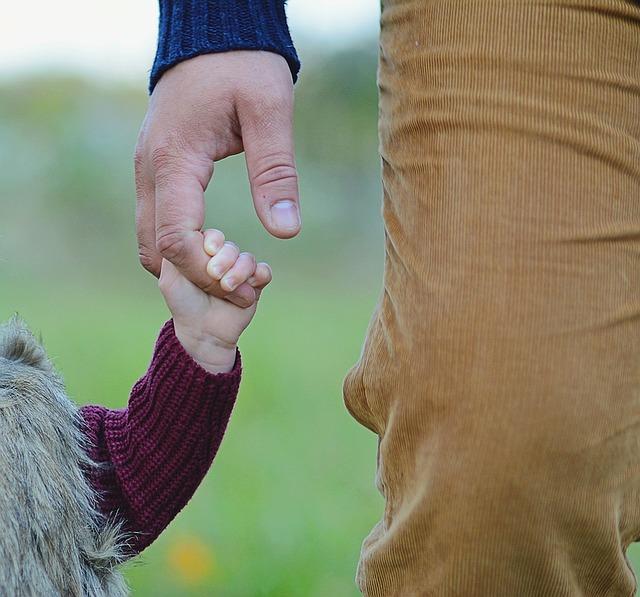 ruka otce a dítěte