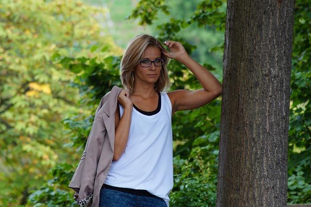 blondýna u stromu