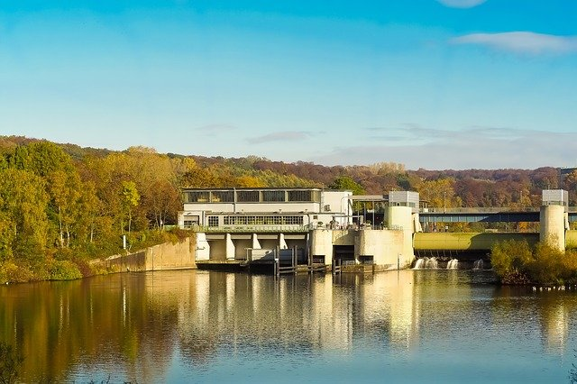 jezero s elektrárnou