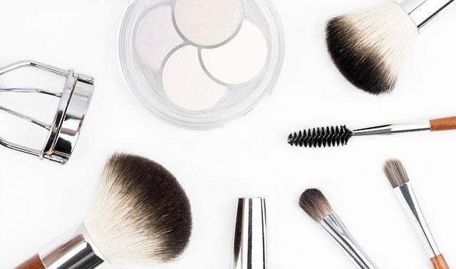 kosmetické štětečky a kleště