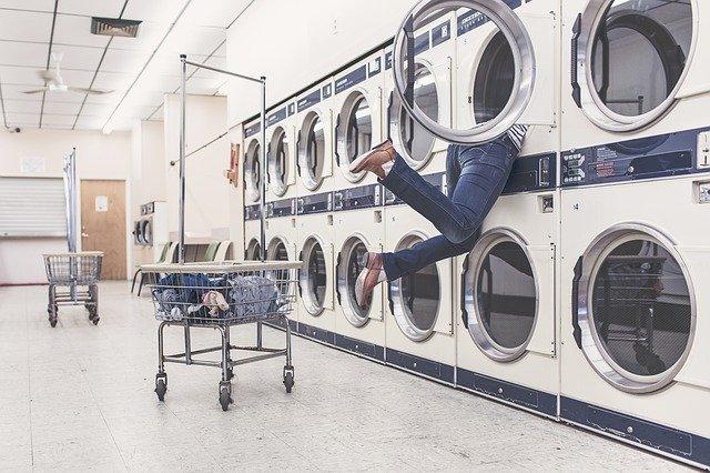 dívka v pračce
