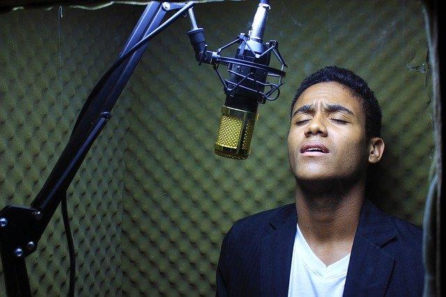 mladík před mikrofonem