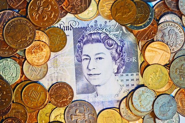 anglická panovnice na modré bankovce