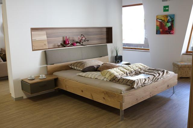 postel s nočními stolky
