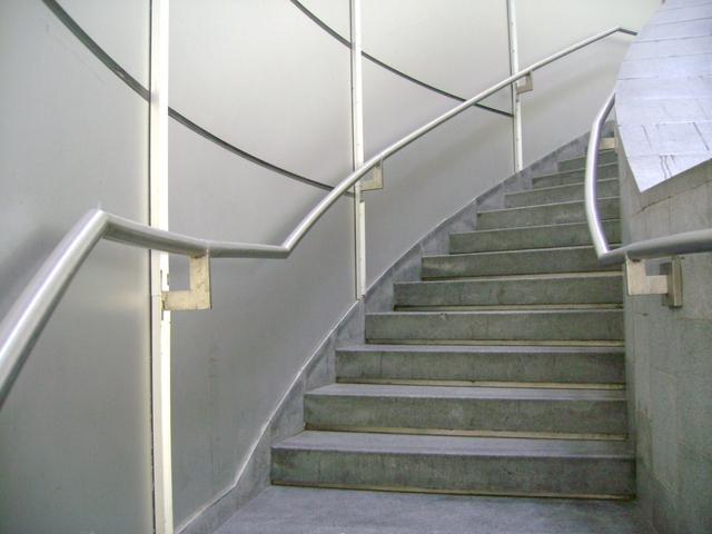 stěhování nábytku po točitých schodech.jpg