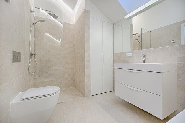 koupelna s bílou skříní.jpg