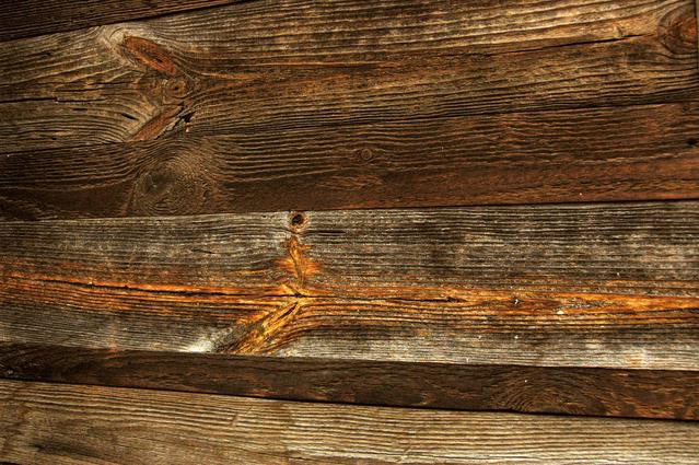 dřevo tmavé