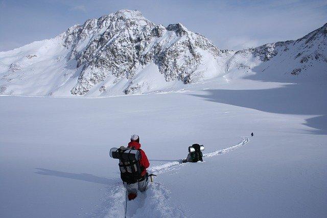 muž v zimním oblečení na horské túře